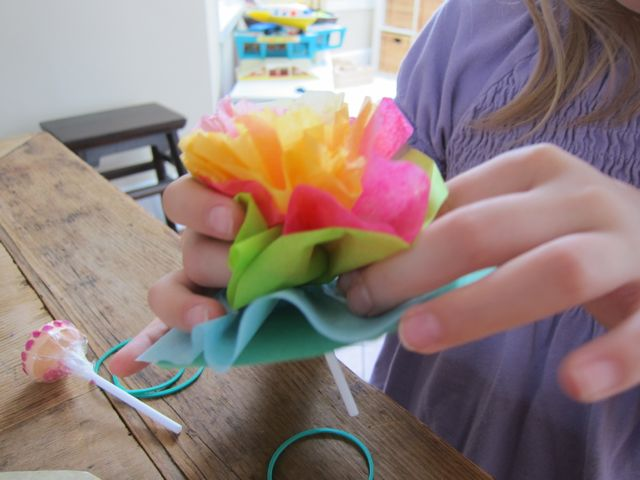 How to make lollipop tissue paper flowers lollipoptissuepaperflowerskidscraftideas4 mightylinksfo